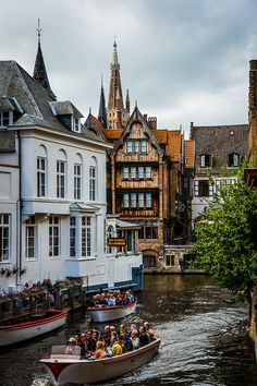 Tourist boats - Bruges, Belgium  (by dawvon)