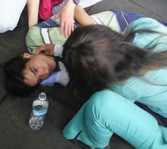 Ayer 29-5-2017 en concentración de Altamira este joven convulsionó no sabemos su nombre, marchaba porque no consigue Tegretol para su condición
