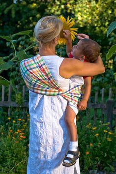 Gartenarbeit mit Babytuch
