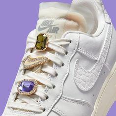 """RELEASE om 09:00 😍💎 De Nike Air Force 1 Low """"Bling"""" doet je denken aan alle prachtige, kleine dingen die belangrijk voor je zijn met een opvallende driedelige sieradenset bij de veters. Kan jij deze bling weerstaan? Clean White Leather, Smooth Leather, Amethyst Gem, Purple Amethyst, Nike Air Force 1, Sneaker Release, Nike Dunks, Fashion Shoes, Bling"""