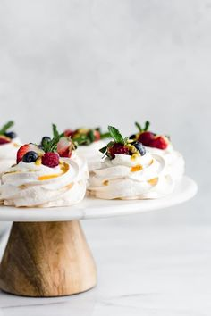 These mini pavlovas with coconut whipped cream make the perfect light & fresh dessert! Load them up with your favourite berries, fruits or jam! Mini Pavlova, Meringue Pavlova, Meringue Food, Meringue Desserts, Köstliche Desserts, Delicious Desserts, Dessert Recipes, Plated Desserts, Food Presentation