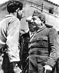 El general Pozas (republicano) en el Frente de Aragon. Creo que es en Belchite donde interroga a un franquista que se ha pasado al bando contrario