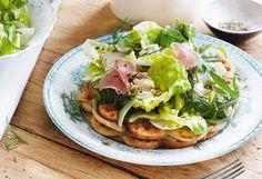 Käsewaffeln mit Salat und Schinken