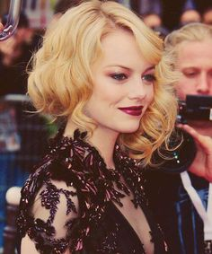 Emma Stone, with a gothic look, burgundy lips and gold lids Easy Hairstyles, Wedding Hairstyles, Halloween Hairstyles, Rihanna Hairstyles, How To Look Attractive, Burgundy Lips, Vintage Makeup, Vintage Updo, Makeup Looks