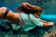 Underwater photos of sexy chicks are beautiful, mesmerizing, and can not be compared with anything else. See some underwater pictures of sexy chicks. Tribal Tattoo Designs, Tribal Tattoos, Polynesian Tattoos, Polynesian Art, Geometric Tattoos, San Lorenzo Bikini, Piercings, Underwater Pictures, Real Mermaids