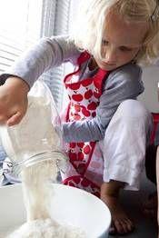 Kinderschort Apple  Een leven lang feest met de producten van ENGEL! De collectie bestaat uit vrolijke stoffen slingers, papieren confettislingers, kleurrijke kinderschorten en hippe tafelkleden. € 12,95-