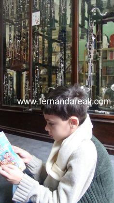 Guga esperando o pai comprar um novo clarinete na Howarth of London