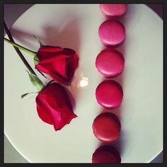 Roses are red, Valentine's is soon, macarons are sweet, and so we swoon. #FSDateNight at @Four Seasons Hotel Hong Kong.