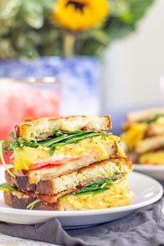 A scrambled egg grilled cheese combines a grilled cheese and a breakfast sandwich. It's made with scrambled eggs, bacon, avocado, tomato, and cheese. Grill Breakfast, Breakfast Sandwich Recipes, Grilled Cheese Avocado, Grilled Cheese Recipes, Dinner Sandwiches, Egg Sandwiches, Egg Grill, Scrambled Eggs, Bacon