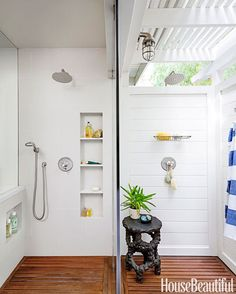 Designer John De Bastiani aimed for uninterrupted visual flow in this Los Angeles bathroom. Only a glass wall separates the indoor shower on the left from the outdoor shower on the right. Indoor Outdoor Bathroom, Indoor Outdoor Living, Outdoor Showers, Outdoor Rooms, Spa Design, Design Ideas, Niche Design, Bath Design, Bad Inspiration