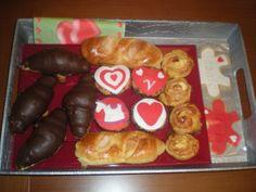 Desayuno Sorpresa para su marido!!    Curasanes de chocolate, cupcakes decoradas, bollitos, hojaldres de bacon y queso, y galletas en forma de puzzle con sus nombres grabados.