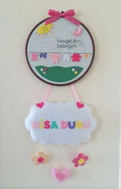 'Hoşgeldin Bebek' keçe kapı süsü | zet.com Hand Crafts For Kids, Cd Crafts, Felt Crafts Diy, Baby Crafts, Fabric Crafts, Diy Embroidery Patterns, Hand Embroidery Designs, Rainbow Nursery Decor, Baby Cross Stitch Patterns