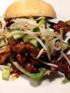 Hot chicken soy sauce on a bun - day - Gezond eten - Heerlijke meal Pasta Salad Recipes, Healthy Salad Recipes, Healthy Chicken Recipes, Snack Recipes, Masala Sauce, Breakfast Recipes, Dinner Recipes, Lunch Wraps, Veggie Lasagna