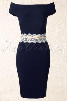 DasBardot Off Shoulder Pencil Dress in Navy and CreamvonPaper Dollsist ein elegantes 50s Brigitte Bardot inspiriertes Kleid in dunkelblau mit wunderschönen Spitze-Details.Klassisches off-shoulder Modell mit Zierstickereien und einem eleganten Rand aus Spitze in Weiß. Der cremefarbige Gürtel mit Schleife, aus Kunstleder, macht den Look komplett! Hergestellt aus einem geschmeidigen Stoff mit Stretch für eine ...