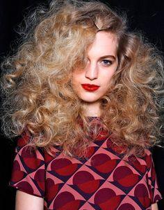 http://www.elle.fr/Beaute/Cheveux/Coiffure/Coiffure-coiffee-decoiffe/Coiffure-coiffee-decoiffee-cheveux-boucles