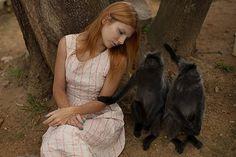 러시아 여성 사진작가 카트리나 플로트니코바(Katerina Plotnikova)가 찍은 \'미녀와 야수\' 사진 시리즈가 화제입니다. 프로트니코바는 초현실적인 장면을 전문으로 하는 사진작가라고 하는데요. 수년전부터 사진 모델들과 진짜 동물로 \'미녀와 야수\' 사진을 찍기 시작했다고 합니다. 이 사진들은 포토샵을 전혀 사용하지 않고 직접 연출해 찍은 것이라고 합니다. 물론 사진 속 맹수들은 야생 동물이 아니라 조련사가 훈련시킨 동물들이라고 합니다.      1.  곰  [이하 사진= 페이스북 페이지 \'Katerina Plotnikova Photography\']  2. 보아뱀     3. 낙타    4. 고슴도치    5. 부엉이    6. 공작새    7. 호랑이    8. 펭귄    9. 코끼리    10. 원숭이   10. 양    11. 여우    12. 앵무새    13. 순록    14. 말   15. 너구리   ...
