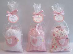 Lembrancinha de Maternidade - sachê tema Passarinho    Medidas aproximadas: 10cm x 7cm    Com cheirinho de sabonete para bebê    Acompanha embalagem: saquinho + fita de cetim + tag personalizada