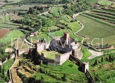 CASTLE OF SOAVE ~ Italy. Built up in the century, The castle was further restored by the Scaligeri. Republic Of Venice, Wanderlust, Verona Italy, Castle Wall, Ancient Buildings, Regions Of Italy, Beautiful Places To Travel, Lake Garda, Fortification