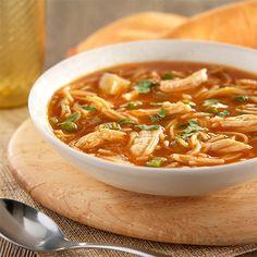 Sopa de Fideos con Pollo: Sopa caldosa de tomate con pollo sazonado, fideos y vegetales
