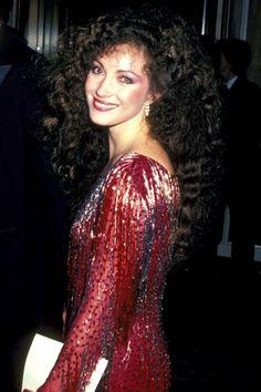 Celebrating 90 years of the Academy Awards' glamorous red carpet style Classic Actresses, British Actresses, Jane Seymour Hot, Beautiful Celebrities, Beautiful People, Jacqueline Bisset, Oscar Fashion, Actor Photo, Beautiful Costumes