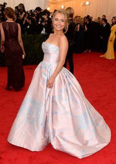 La actriz Hayden Panettiere que llevó un elegante vestido de tonos rosa y azul de Dennis Basso. Respecto a los accesorios, la intérprete únicamente quiso añadir a su look un clutch dorado.