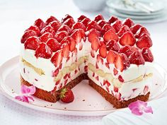 Italienische Erdbeer-Mascarpone-Torte The creamy filling, a chocolate base, tipsy spoon biscuits and fresh fruits make the strawberry mascarpone cake a real connoisseur's dream. Pie Recipes, Sweet Recipes, Baking Recipes, Cake & Co, Pie Cake, Mascarpone Cake, Naked Cakes, Pie Dessert, Cheesecake