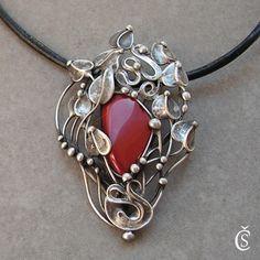 """Podzimní listí Originální autorský šperk ve stylu Art Noveau """"Podzimní listí"""". ... je vyroben z BEZOLOVNATÉHO CÍNU a Jaspisu. Vše je vyrobeno ručně bez použití forem či bižuterních komponentů. Náhrdelník je patinován, leštěn, broušen a povrchově ošetřen. Rozměry šperku cca jsou šířka 4,5 cm x výška cca 6,9 cm. Vše měřeno v nejširších místech. Součástí ..."""