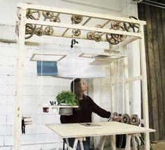 Eine Workstation von italienischen Design-Absolvent Micaela Nardella. Eine integrierte Seilsystem zieht Gegenstände auf und ab. Micaela Nardella wurde durch die Bewegung von Industriekranen und Aufzüge beeinflusst. Es schafft eine dynamische Arbeitsbereich der so angepasst werden kann, um verschiedenen Aktivitäten zu entsprechen.