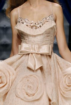 Take a look to Zuhair Murad Haute Couture Fall Winter the fashion accessories and outfits seen on Parigi runaways. Style Haute Couture, Chanel Couture, Couture Details, Fashion Details, Couture Fashion, Runway Fashion, Fashion Design, Valentino Couture, Valentino Dress