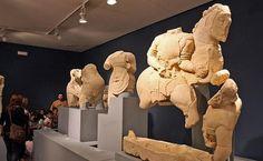 Escultura ibérica: Cerrillo Blanco de Porcuna (Jaen), siglo V a. C. Realizadas en calcarenita blanca; es un grupo escultórico probablemente que formó parte de un frontón de edificio aristocrático ibérico. Acusan la influencia de la estatuaria griega focense del momento.