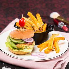 Mini-Lachsburger mit Süßkartoffel-Frites und Dip Hamburger, Dip, Mona, Chicken, Ethnic Recipes, Sweet Potato Recipes, Salmon, Healthy Food, Food Portions
