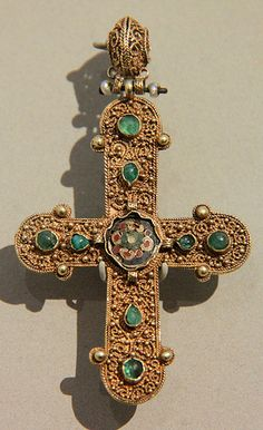 V&A- Byzantine cross pendant / 1000-1200 Byzantine Empire, probably Constantinople