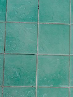 So einfach werden Fliesenfugen wieder strahlend weiß! You scrub and scrub and the joints between the bathroom tiles are still not white. A simple home remedy helps.
