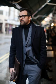 Idée et inspiration Look street style pour homme tendance 2017 ImageDescriptionFantastic outfit. I'm actually trying to find a basic turtleneck like this. Fashion Moda, Look Fashion, Mens Fashion, Guy Fashion, Fashion Outfits, Sharp Dressed Man, Well Dressed Men, Black Overcoat, Look Formal