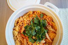 Kyllingegryde med pasta. En dejlig varm efterårsret med kylling, pasta, grøntsager og krydderier. Retten har masser af smag men er mild og børnevenlig.