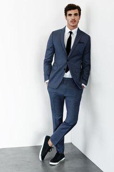 Combina el color de tus tenis con el de tu corbata. | 18 Looks ideales para los chicos que quieren usar tenis con traje