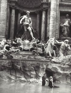 Anita Ekberg e Marcello Mastroianni na Fontana di Trevi, 1960, durante as filmagens de La Dolce Vita (Fellini, 1960), fotografados por Pierluigi Praturlon. Veja também: http://semioticas1.blogspot.com.br/2011/11/cahiers-du-cinema.html