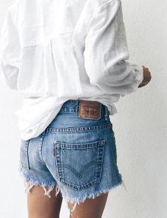 Le short le plus désiré des modeuse est... -Levi's, short en jean court, denim bords effilochés, blouse blanche, chemise en coton oversize d'homme, look, fashion, mode, tendance- - ladies fitted blouses, womens patterned blouses, designer blouse *ad