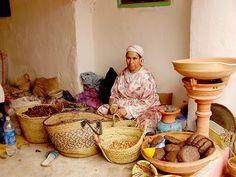 Arganpur, Bir Şişe Dolusu El Emeği ve Sağlık Getiriyor Sizlere!  Essuouira yakınında kurduğumuz Arganpur Kadınlar Koperatifinde çalışan 63 kadın, geleneksel elde sıkma yöntemiyle yoğun emek ve zaman harcayarak dünyanın en değerli ve sağlıklı yağını üretiyorlar. En yüksek kalite standartına sahip Argan Yağı elle sıkma yöntemi ile elde edilmekte ve Dünya çapında satılan Argan yağlarının sadece %5'i bu yöntemle üretilmektedir.