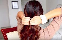 Lófarokba fogta a haját, és két mozdulattal gyönyörű fonatot készített   femina.hu