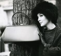 Laukkumuotia 1960-luvulta | Aikakone #käsilaukut #muoti #1960luku Fashion, Moda, Fashion Styles, Fashion Illustrations