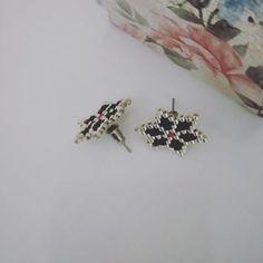 #women'sjewelry #women's #jewelry #stitches Brick Stitch Earrings, Seed Bead Earrings, Beaded Earrings, Beaded Jewelry, Women's Jewelry, Beading Projects, Beading Tutorials, Peyote Patterns, Beading Patterns