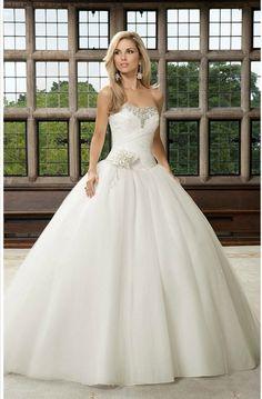 Vestido corte princesa. #Weddings #Dress #Princess Idea trata de que tu vestido no sea completamente blanco mas bien podris intentar que sea en colores champagne o Beige o en los accesorios darle color.