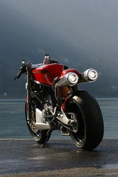 Ducati. I don't usually pin motorcycles, but this sexy-looking thing is quite an exception! Ducati 1000, Moto Ducati, Ducati Motorbike, Moto Guzzi, Motorcycle Design, Motorcycle Bike, Bike Design, Mv Agusta, Monster 1100