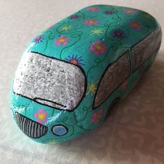 Lille bil i hippie-stil #Bil #Hippiestil #Bogø #Blomster #Hygge #Hobby #Mintid #Minesten #Malpåsten #Maletsten #Pynt #Paintedrock #Paintedstone #Sten #Stone #Ferie