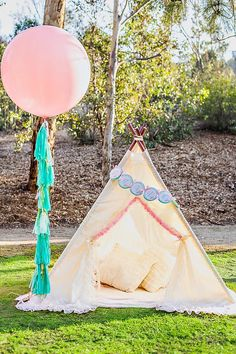 12 Ways to Throw a Boho-Chic Kids Party for Your Mini-Me - Brit + Co Boho Chic, Shabby Chic, Pow Wow Party, Balloon Tassel, Tassel Garland, Tassels, Teepee Party, Indian Party, Party Decoration