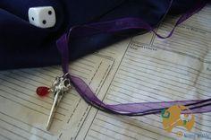 Collier gothique Magie Noire en organza et coton violet, original et énigmatique avec sa breloque crâne de corbeau agrémenté de sa perle goutte rouge.  Un bijou à la fois sobre et insolite pour une touche de mystère.  8 euros