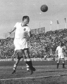 MUNDO, cabeceando un balón en partido contra el Olímpico de Xativa.-    C.-