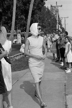 Jackie Kennedy in Palm Beach in 1961 wearing Jack Rogers sandals. #jackieo #jackiekennedy #streetstyle #fashion