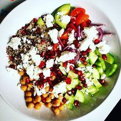 Dziś na zewnątrz szaroburo to chociaż talerz musi być kolorowy. Co my tu mamy: #avocado #cherrytomatoes pomidorki #onion cebula #cucumber ogórek #quinoa komosa #goatcheese ser kozi #chickpeas ciecierzyca #pomegranate pestki granatu  Wszystko skropione oliwą z oliwy.  #foodporn #eatclean #eat #foodie #bodybuilding #dinner #diet #dinnertime #foodbeast #healthydiet #dietstartstomorrow #monday #whatsonmyplate by kasiadworzynska